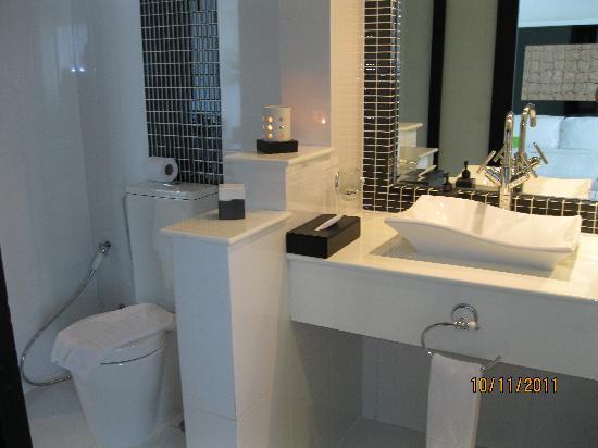 โรงแรมอมารี โนวา สวีท: Bathroom