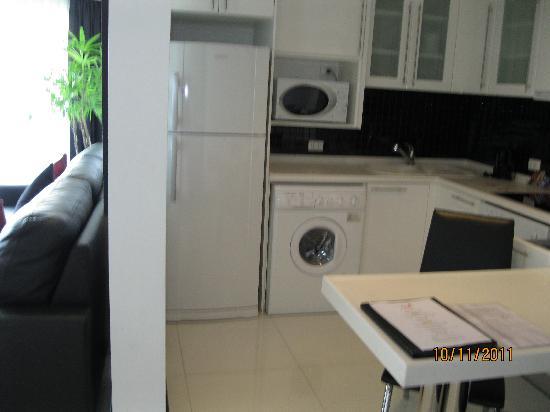 โรงแรมอมารี โนวา สวีท: Kitchen