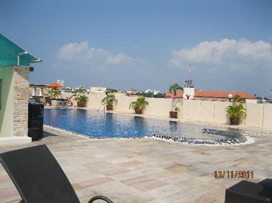 โรงแรมอมารี โนวา สวีท: rooftop pool