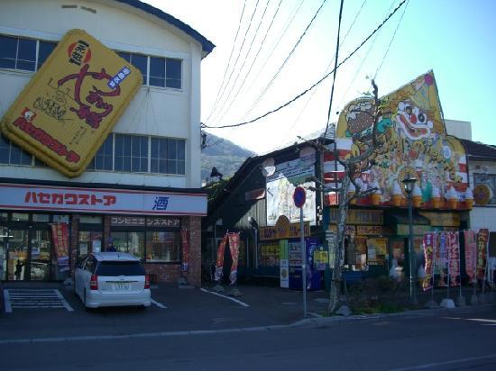ラッキーピエロ ベイエリア本店, 函館ベイエリア、焼き鳥丼で有名なハセガワストアは真横です。