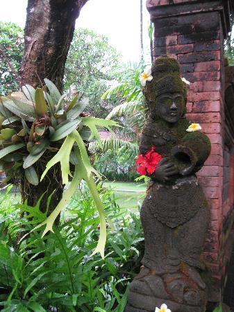 Bumas Hotel: Stylish gardens