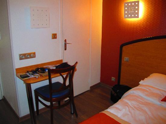 Meridional Hotel: scrivania e porta bagno