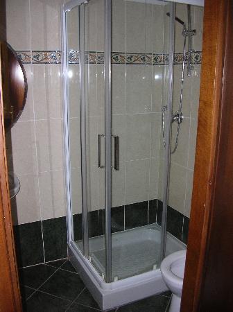 Hotel Enza: Bagno stanza 1 (senza bidet). Entrando sulla sinistra c'è il lavandino con specchio, asciugacape