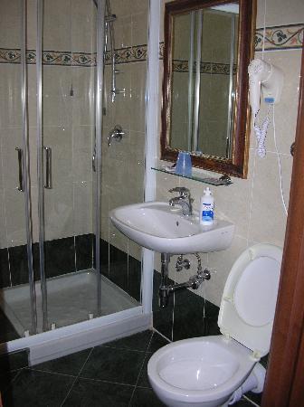 Hotel Enza: Bagno altra stanza