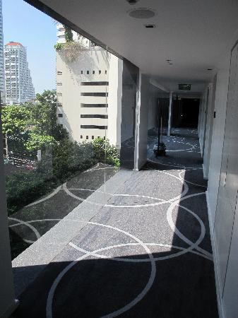 Best Western Plus at 20 Sukhumvit: Corridor leading to rooms