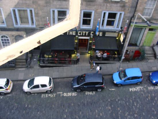 Stay Edinburgh City Apartments - Royal Mile: Little pub/cafe right across the street