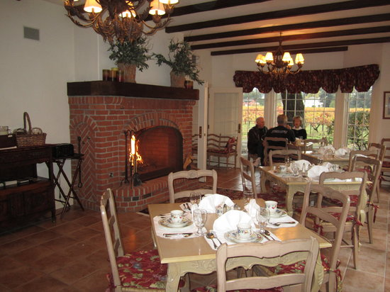 Vineyard Country Inn: Breakfast Room