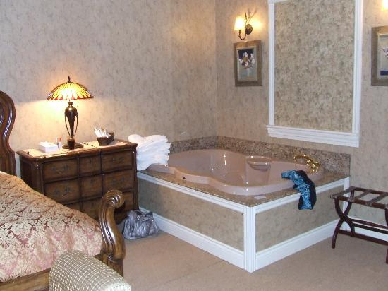Couples Resort: In The Room Whirlpool
