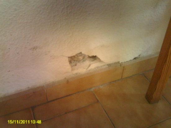 Bungalows Marbella Golf: hole in kitchen/lounge wall