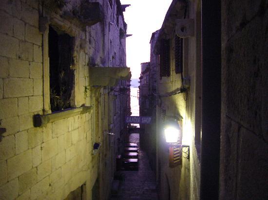 Marco Polo Apartments: Calle