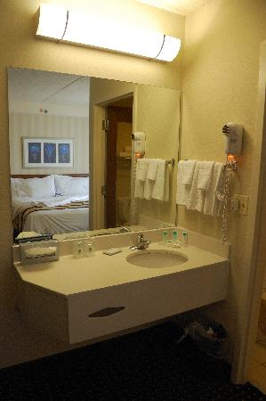 SpringHill Suites Chicago Southwest at Burr Ridge/Hinsdale: Sink area at eh foot of the bed