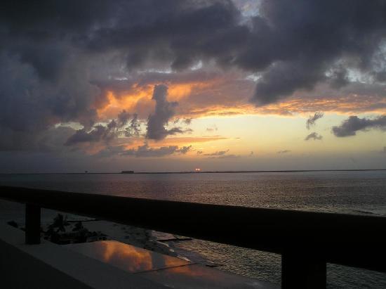 โรงแรมอิกซ์เชลบีช: Sunset from Balcony