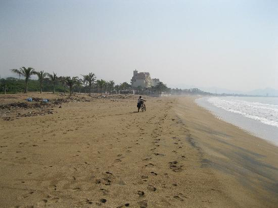 Camino Real Manzanillo: The Beach adjacent to Camino Real (after Hurricane Jova, so it's a bit rough still)