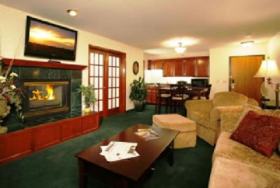 Quality Inn Oakwood: The Living Room of our Evergreen Suite