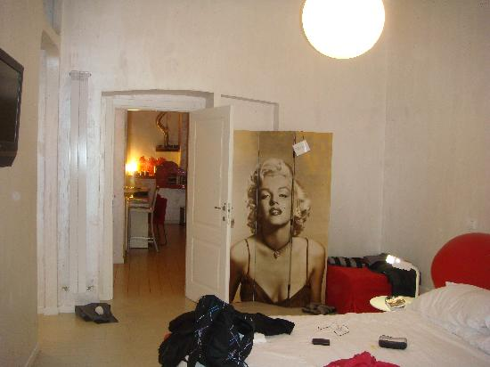 WRH Trastevere : From our room to reception/kitchen area