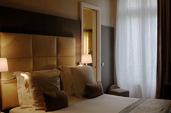 """Hôtel L'Edmond, Paris : Our standard """"classique"""" room, bedside"""