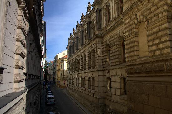 Bily Lev: Praga