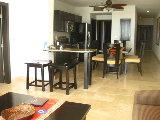 Las Terrazas Resort: Living room and kitchen