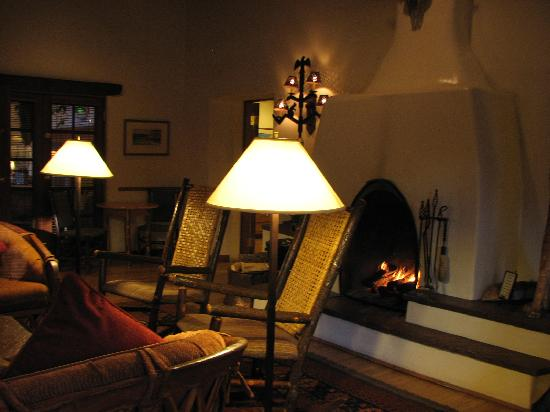 Inn on the Alameda: Fireplace in lobby