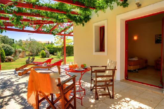 Avithos Resort: Relax in your private terrace next to our gardens
