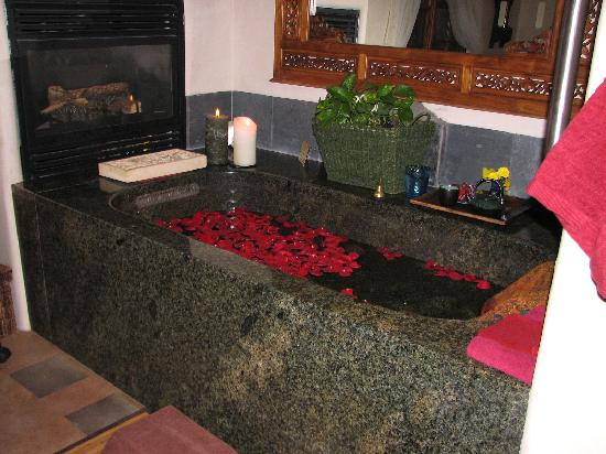 Absolute Nirvana Spa & Gardens: Rose petal bath