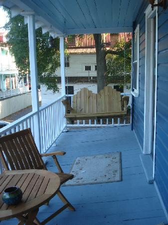 Charleston's NotSo Hostel: Slanty porch!