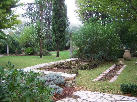 Najeti Hôtel la Magnaneraie : autre vue du jardin