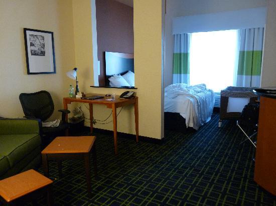 """Fairfield Inn & Suites Twentynine Palms-Joshua Tree National Park: Blick vom """"Wohnzimmer"""" aufs Bett"""