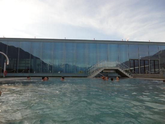 Lido Locarno: Vista de los Alpes reflejada en la fachada interior