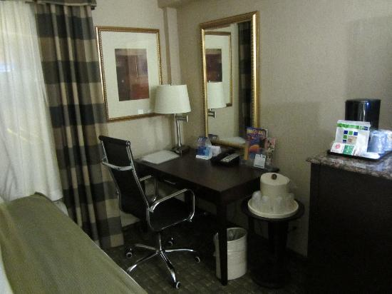 Holiday Inn Express North Bergen - Lincoln Tunnel: The room