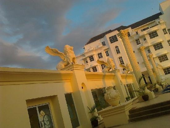 Harmoni One Convention Hotel and Service Apartments: Flying lion statue on the rooftop