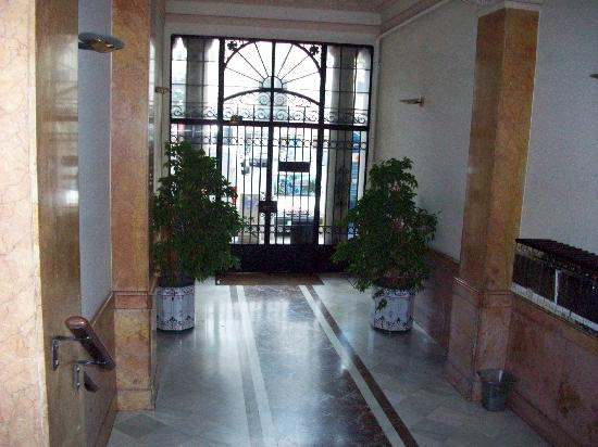 Barna House B&B: Street Level Front Lobby