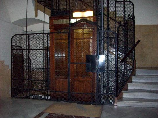 Barna House B&B: Lift and Staircase