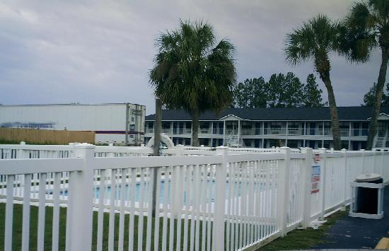 Days Inn Madison: Swimming pool is close to lobby.