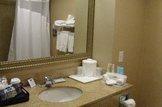 Holiday Inn Express Livermore: Bathroom