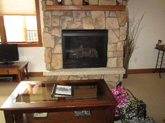 Black Canyon Inn: fireplace