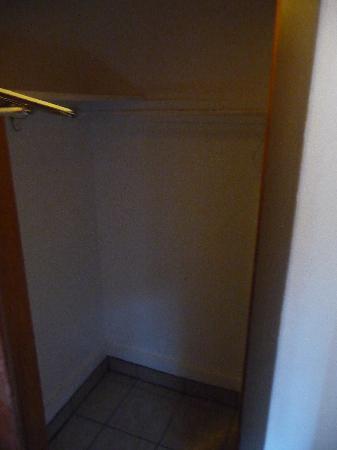 The Avenues Hostel: single room closet
