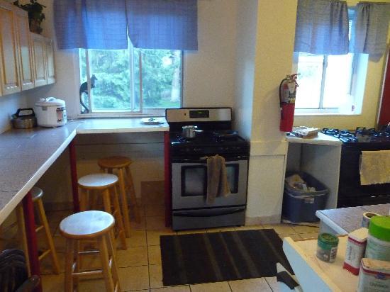 The Avenues Hostel: kitchen 2