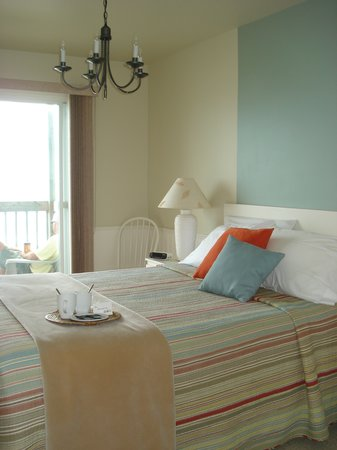 The Quarterdeck Beachside Villas and Grill: Master bedroom with a view