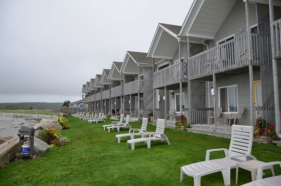 The Quarterdeck Beachside Villas and Grill: Row of villas