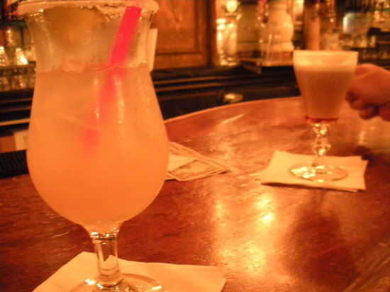 Gold Dust Lounge: Drinks at the bar
