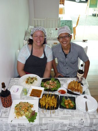 Sabai Sabai Thai Cooking School & Restaurant: Ton, me and all of my delicious dishes!
