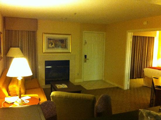 Chase Suite Hotel Brea: living room