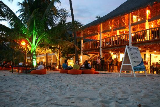 Ocean Vida Beach & Dive Resort: Chilling Time in front of the Restaurant of Ocean Vida