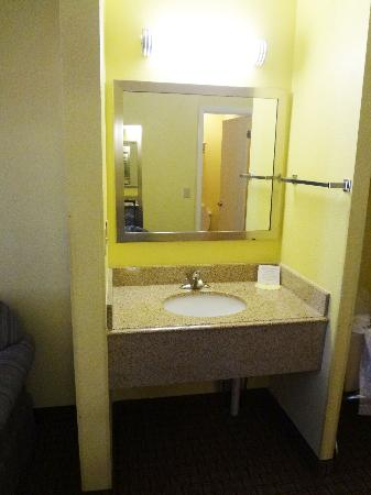 Days Inn & Suites by Wyndham Downtown Gatlinburg Parkway: sink outside of bathroom