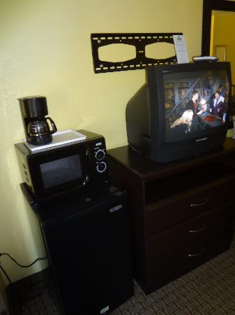 Days Inn And Suites Downtown Gatlinburg Parkway: where the flatscreen once was, fridge, microwave