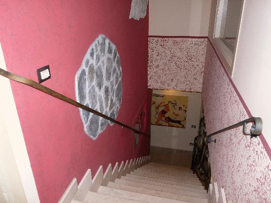 B&B Qui dormi l'Etrusco: scala dal terzo al secondo piano