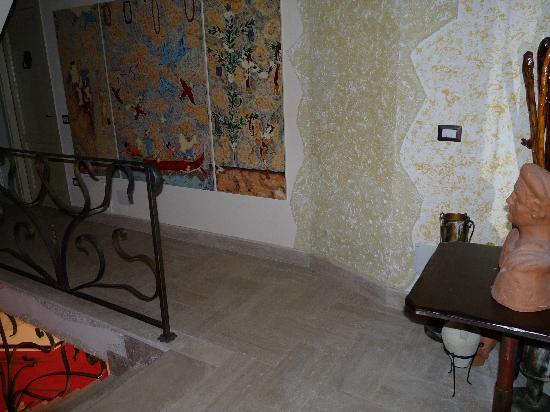 B&B Qui dormi l'Etrusco: pianerottolo dal secondo al primo piano