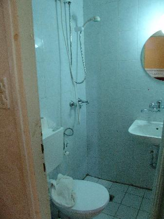 Petra Hotel & Hostel: visable grime in bathroom....that black stuff