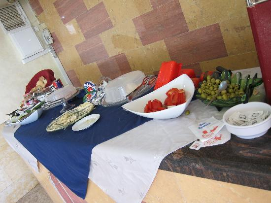 Petra Hotel & Hostel: breakfast spread